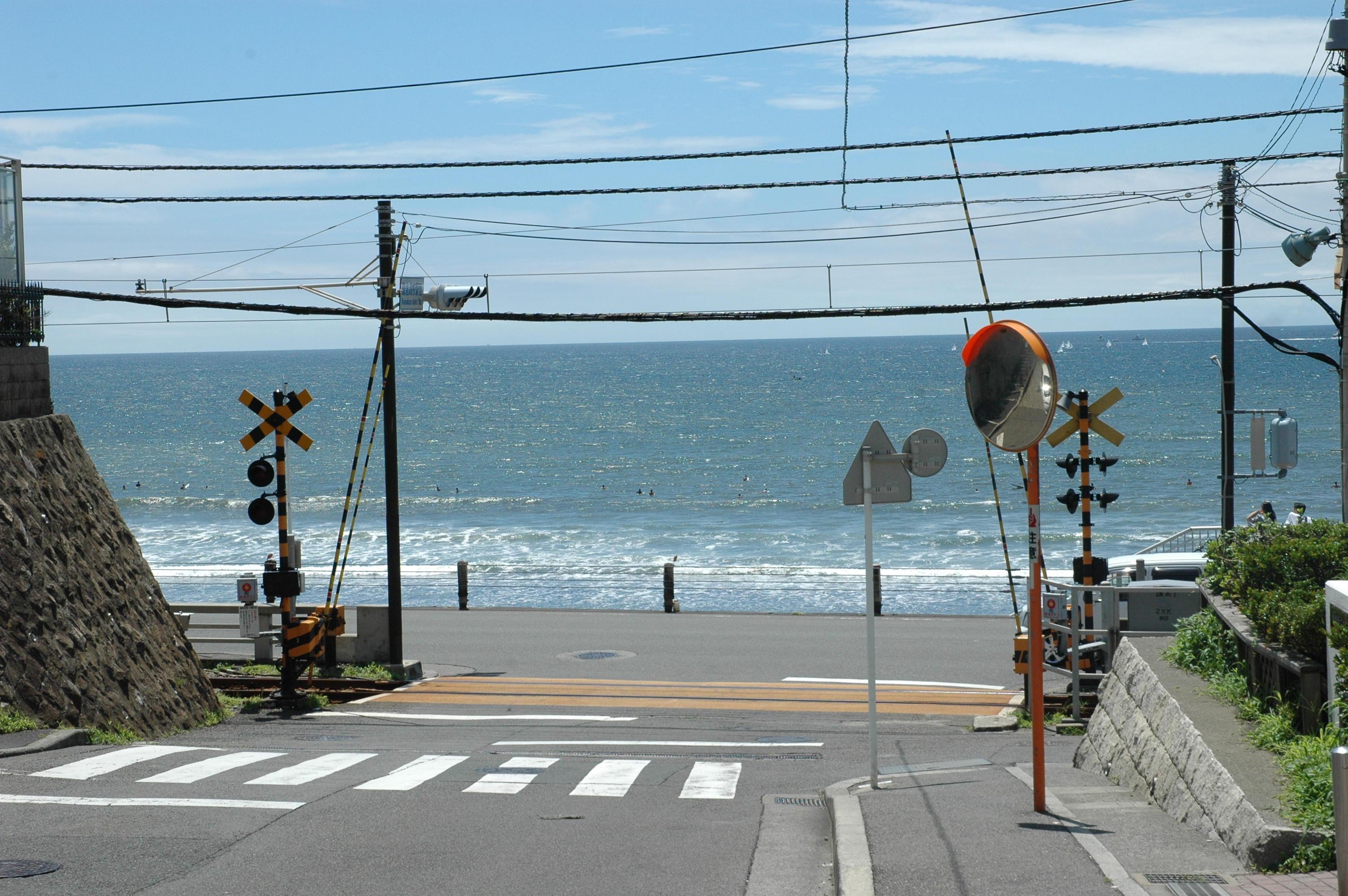 『スラムダンク』や『テラスハウス』で、有名な七里ガ浜、江ノ電の踏切。